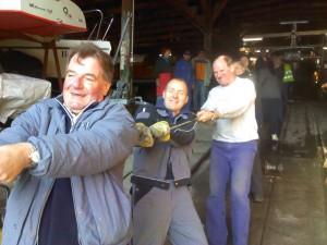 Hau ruck: Wenn alle anpacken, ist die Arbeit schnell gemacht - wie hier beim Aufslippen 2011.