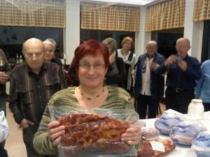 Dritter Platz im Skat-Turnier: Manuela präsentiert ihren 3-Kilo-Kassler.